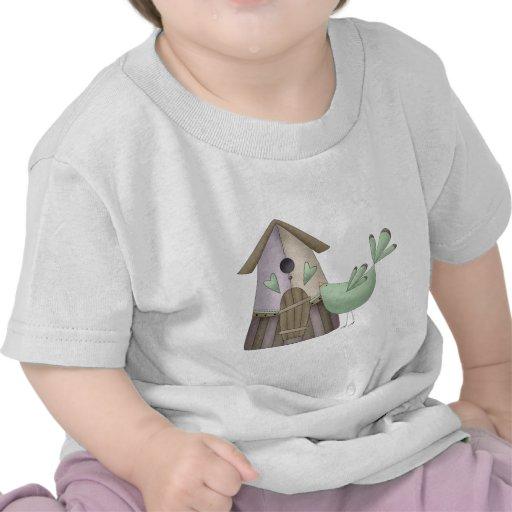 Primavera agradable · Pájaro y Birdhouse del trull Camisetas