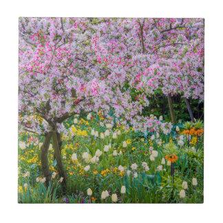 Primavera en el jardín de Claude Monet Azulejo Cuadrado Pequeño