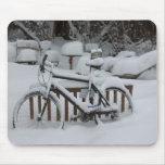 Primavera que espera de ciclo que monta en bicicle alfombrillas de ratones