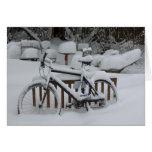 Primavera que espera de ciclo que monta en bicicle felicitacion