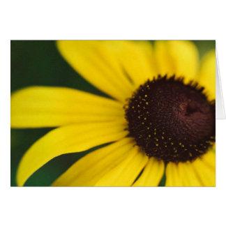 Primer amarillo de la flor tarjeta de felicitación