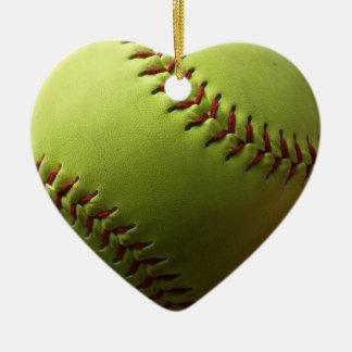 Primer amarillo del softball adorno navideño de cerámica en forma de corazón