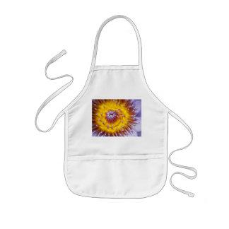 Primer amarillo y púrpura de la flor del lirio delantal infantil
