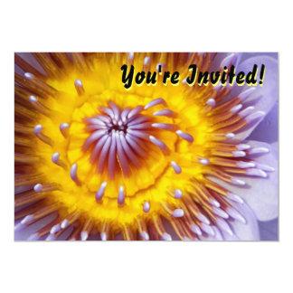 Primer amarillo y púrpura de la flor del lirio invitación 12,7 x 17,8 cm
