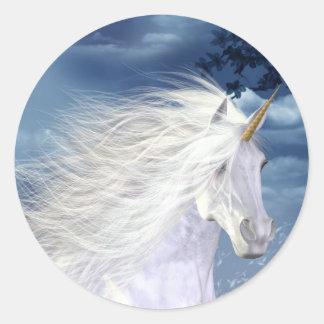Primer blanco de la belleza del unicornio etiqueta redonda