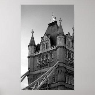Primer blanco negro del puente de la torre de póster