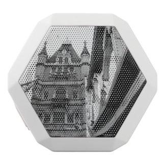 Primer blanco y negro del puente de la torre, altavoces bluetooth blancos boombot REX