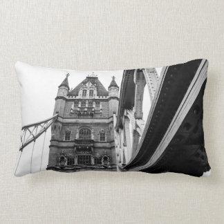 Primer blanco y negro del puente de la torre, almohadas