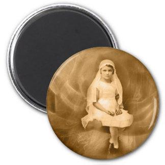 Primer chica de la comunión del vintage, vestido,  imán redondo 5 cm