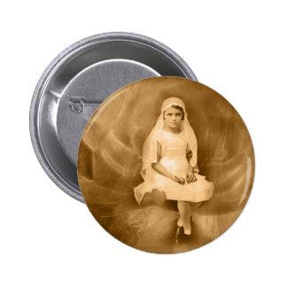 Primer chica de la comunión del vintage, vestido,  pin redondo de 2 pulgadas