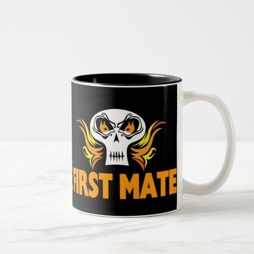 Primer compañero del cráneo llameante taza de café de dos colores