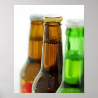 primer de botellas coloreadas de cerveza póster