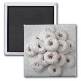 Primer de buñuelos pulverizados en una placa iman