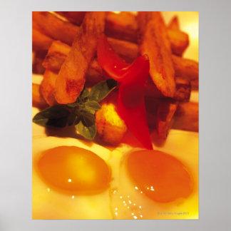 primer de huevos fritos con las patatas fritas posters