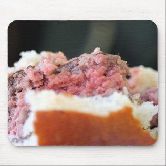 Primer de la carne rara en una hamburguesa alfombrillas de ratón