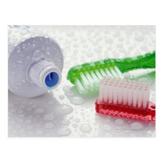Primer de la crema dental y de los cepillos de tarjeta postal