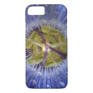 Primer de la flor cubierta de rocio de la pasión. funda iPhone 7