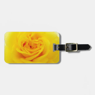 Primer de la flor del rosa amarillo etiquetas para maletas