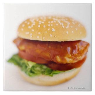 Primer de la hamburguesa del pollo azulejo cuadrado grande
