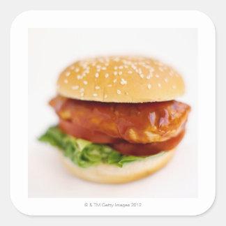 Primer de la hamburguesa del pollo pegatina cuadrada