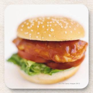 Primer de la hamburguesa del pollo posavasos