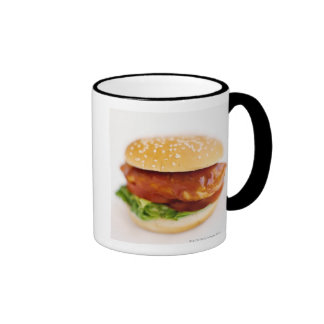 Primer de la hamburguesa del pollo taza a dos colores