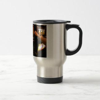 Primer de la máquina tragaperras taza de café