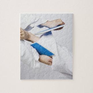 Primer de la pierna de una persona que rompe una t puzzles con fotos