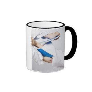 Primer de la pierna de una persona que rompe una t taza