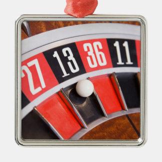 Primer de la rueda de ruleta adorno cuadrado plateado
