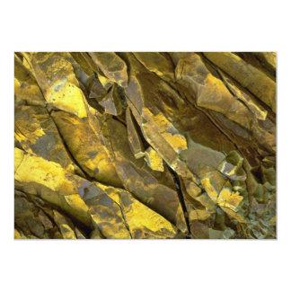 Primer de las formaciones de roca, cascadas, anuncios