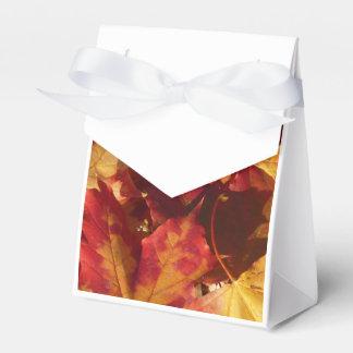 Primer de las hojas de otoño caja para regalo de boda