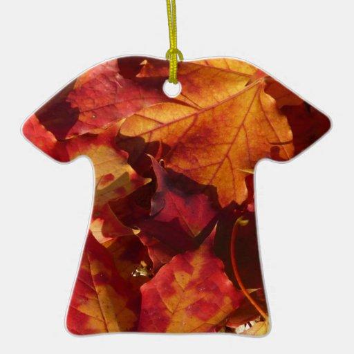 Primer de las hojas de otoño adorno de cerámica en forma de camiseta