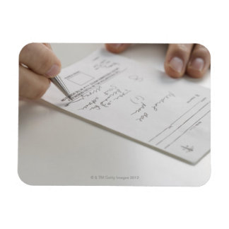 Primer de las manos que firman la prescripción imán foto rectangular