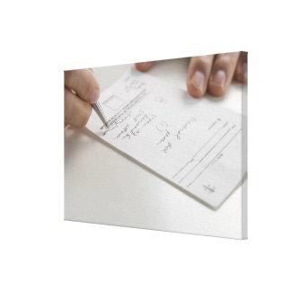Primer de las manos que firman la prescripción impresión en lona estirada