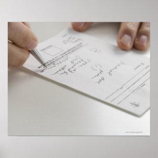 Primer de las manos que firman la prescripción póster