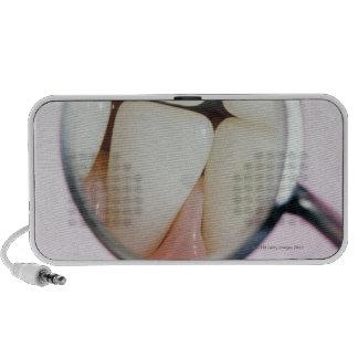Primer de los dientes reflejados en espejo dental laptop altavoces