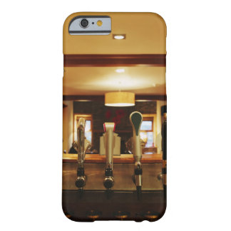 Primer de los golpecitos de la cerveza en barra funda de iPhone 6 barely there