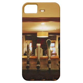 Primer de los golpecitos de la cerveza en barra iPhone 5 Case-Mate protector