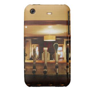 Primer de los golpecitos de la cerveza en barra iPhone 3 Case-Mate coberturas