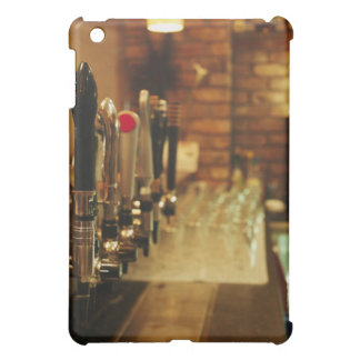 Primer de los golpecitos de la cerveza en la barra