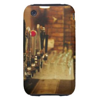 Primer de los golpecitos de la cerveza en la barra tough iPhone 3 coberturas