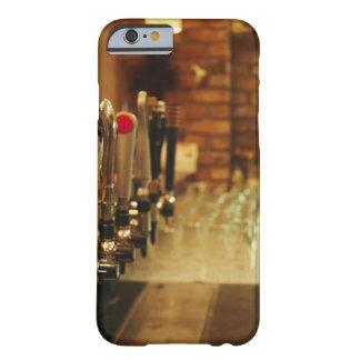 Primer de los golpecitos de la cerveza en la barra funda de iPhone 6 barely there