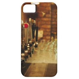 Primer de los golpecitos de la cerveza en la barra iPhone 5 Case-Mate cobertura