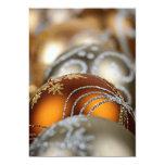 Primer de los ornamentos del navidad del oro invitación 12,7 x 17,8 cm