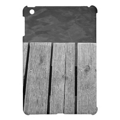 Primer de madera blanco y negro del embarcadero