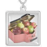 Primer de manzanas en una caja joyerías