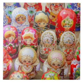 Primer de muñecas jerarquizadas rusas tradicionale azulejo cuadrado grande