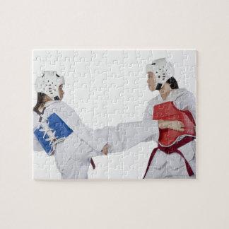 Primer de practicar de dos mujeres jovenes puzzle