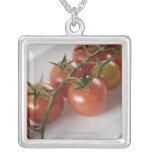 Primer de tomates en una bandeja colgante personalizado